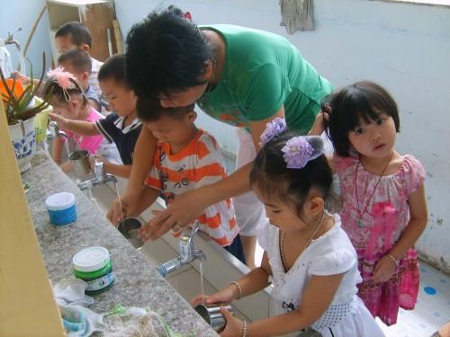 """存在""""大班额""""现象;幼儿园教师整体素质不高,幼儿园保育教育质量参差不"""